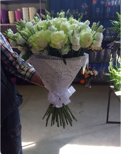 Nr.3 White roses with Lisianthus