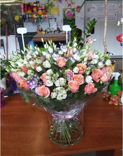 Nr.8 Lisianthus with soft-pink roses